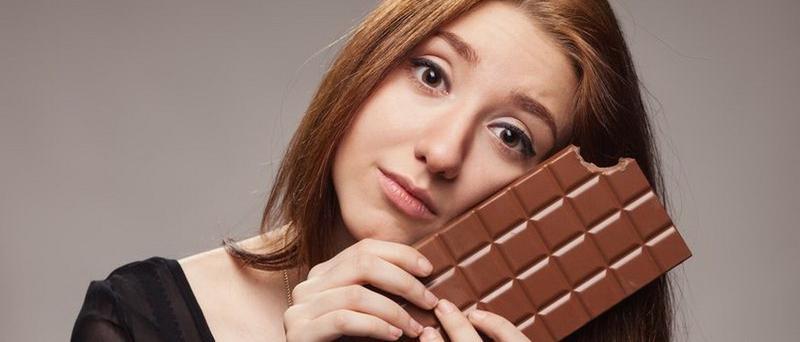 Девушка с плиткой шоколада