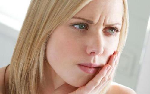 Аллергический стоматит у женщины