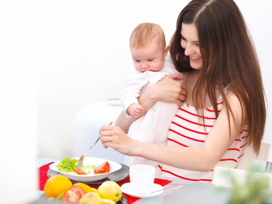 Кормящая мама и малыш