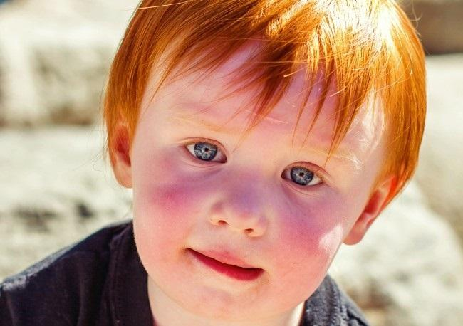 Ребенок с рыжими волосами и светлой кожей