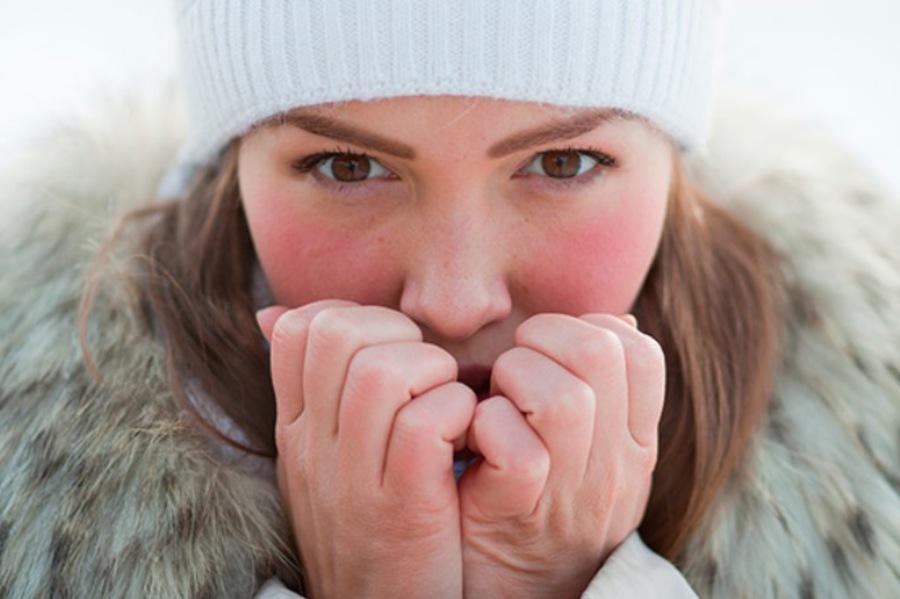 Девушка аллергик на морозе