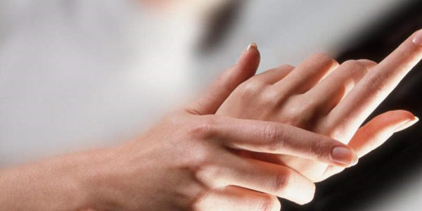 Руки женщины с экземой