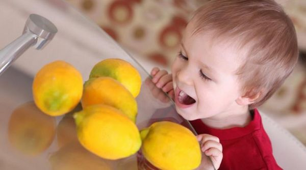 Лимоны на столе