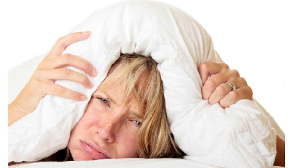 Женщина не может заснуть от чувства зуда и раздражения